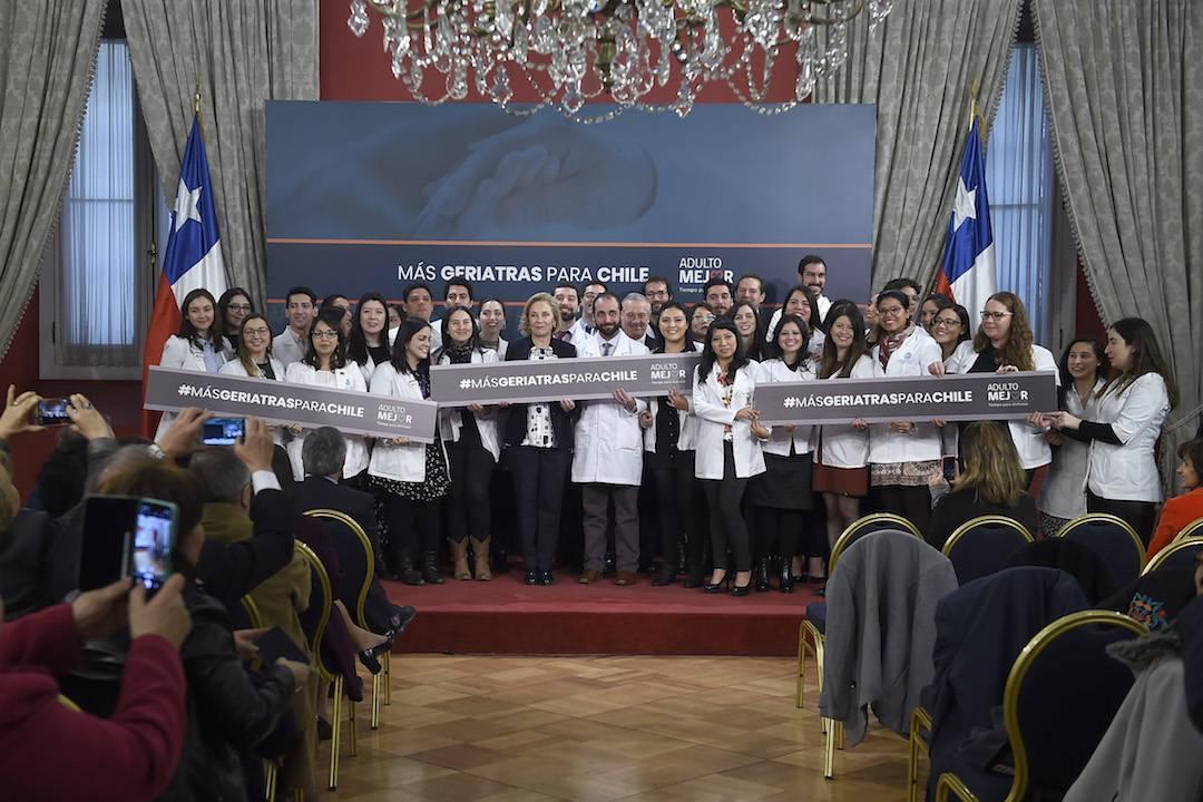 """Primera Dama y ministro de Salud lideran lanzamiento de programa """"Más Geriatras para Chile"""" que busca aumentar en 50% estos especialistas"""