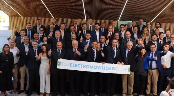 Ministro de Energía actualiza compromiso público-privado con más de 50 empresas e instituciones para impulsar la electromovilidad
