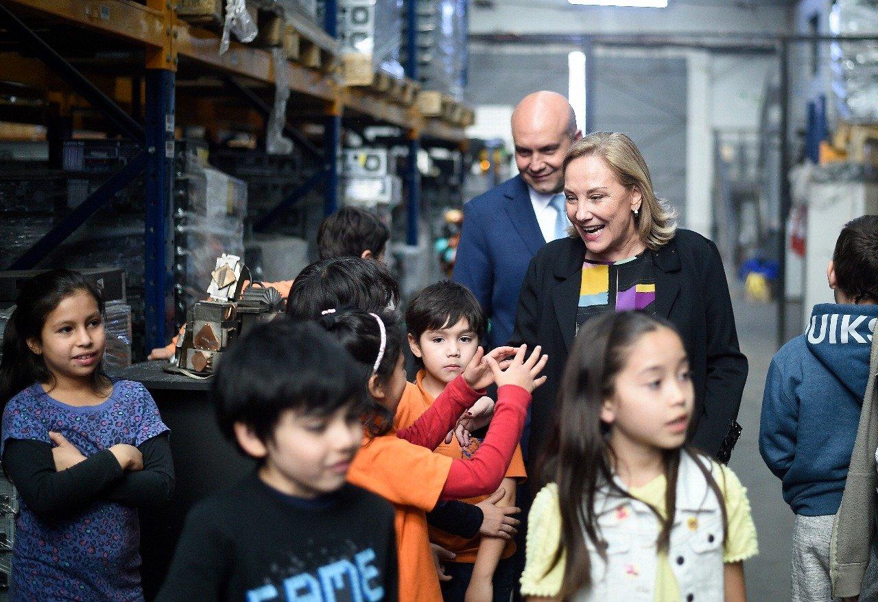 Cecilia Morel participó en la inauguración de talleres de reciclaje de computadores a niños de la Región Metropolitana