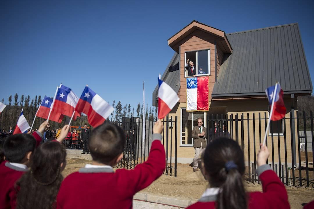 """Presidente Piñera visita Santa Olga y refuerza plan de reconstrucción: """"Está renaciendo con mucha fuerza"""""""