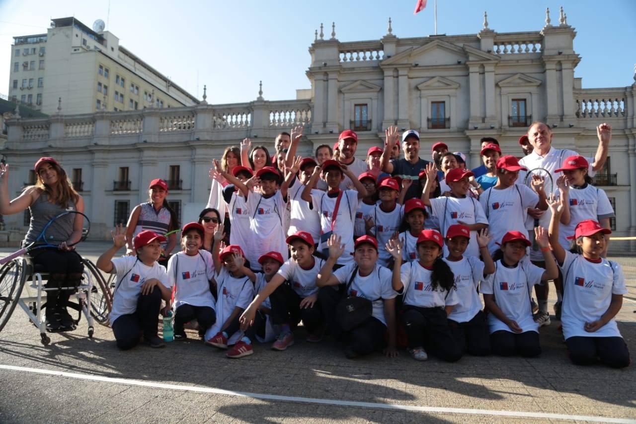 Nicolás Massú y Fernando González realizaron clase de tenis a niños de escuelas municipales frente a La Moneda